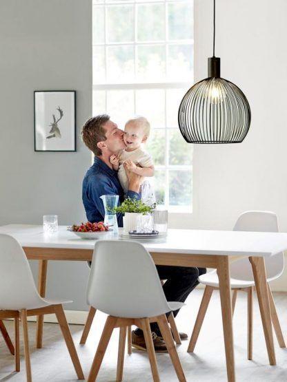 aranżacja salonu z jadalnią i lampą nowoczesną nad stołem