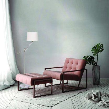 aranżacja salonu z lampą stojącą i fotelem