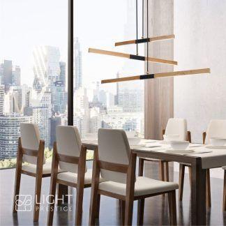 aranżacja salonu z lampą wiszącą ledową - drewniane listwy