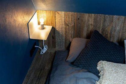 biały kinkiet-półka w szarej sypialni aranżacja