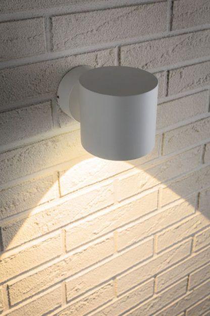 biały nowoczesny kinkiet światło w dół