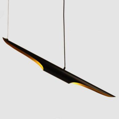czarna lampa wisząca z podłużnym kloszem i złotym środkiem