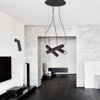 czarna lampa wisząca z tubami szary salon