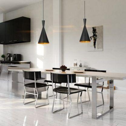 czarne lampy wiszące nad stół do salonu