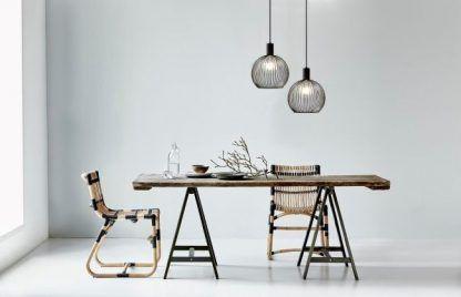 druciane lampy nad stół szara ściana