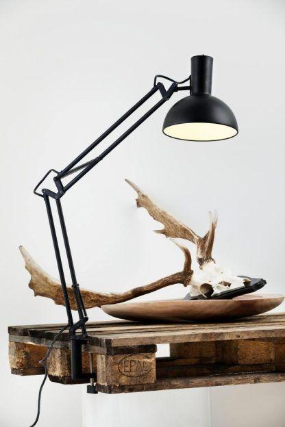 jaka lampa do drewnianego stołu - biurko dla dziecka