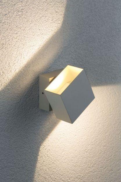 biały geometryczny kinkiet elewacyjny