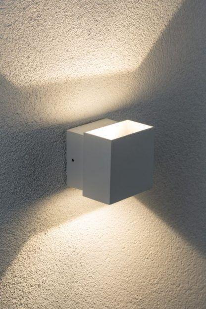 biały kinkiet elewacyjny różne szerokości światła