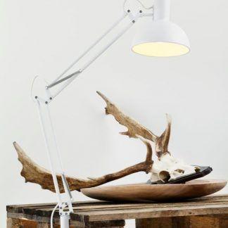 lampa biurkowa nowoczesna biała - aranżacja z drewnem