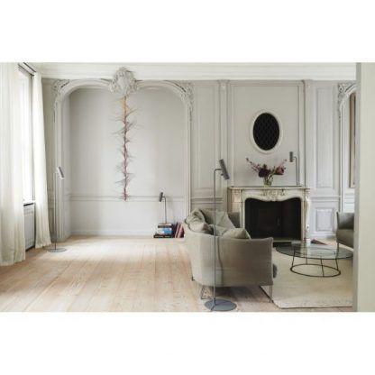 Lampa podłogowa MIB jako doświetlenie kanapy w salonie