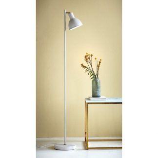 Lampa podłogowa Pop Rough przy kanapie w salonie