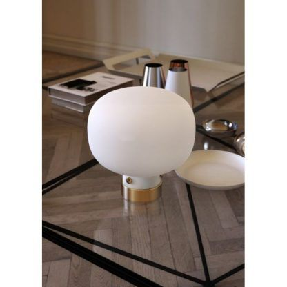 lampa stołowa do salonu - klosz w kształcie kuli ze szkła