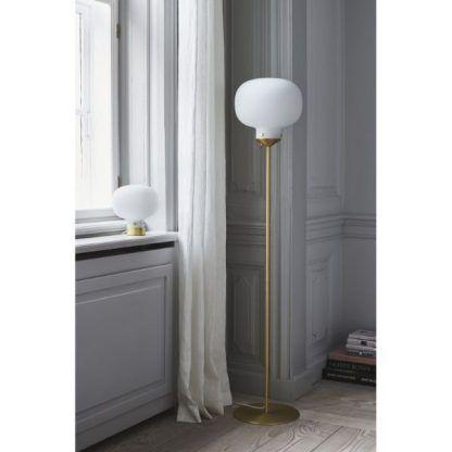złota lampa podłogowa z białym szklanym kloszem