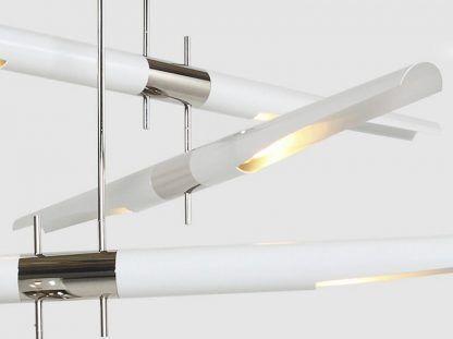 biała lampa z podłużnymi kloszami, srebrne elementy