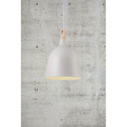 zapalona lampa wisząca na tle ściany betonowej