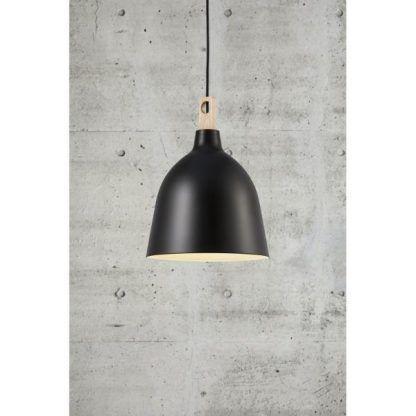 czarna lampa wiszaca z drewnianym wykończeniem - klosz