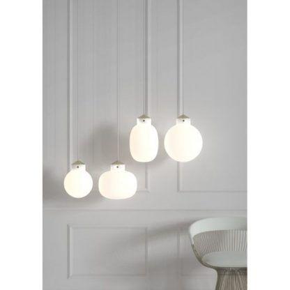 aranżacje lamp wiszących w salonie - kule szklane
