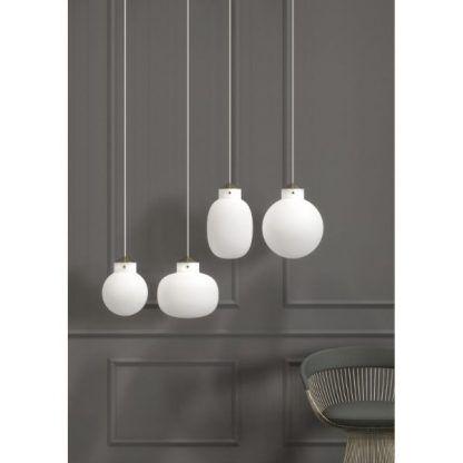 białe szklane lampy kuliste na tle ściany
