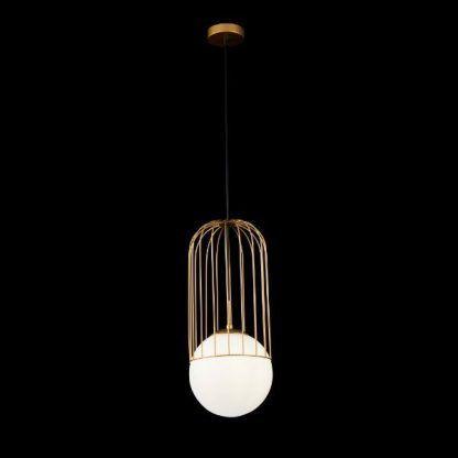 złota druciana lampa wisząca z białą szklaną kulą