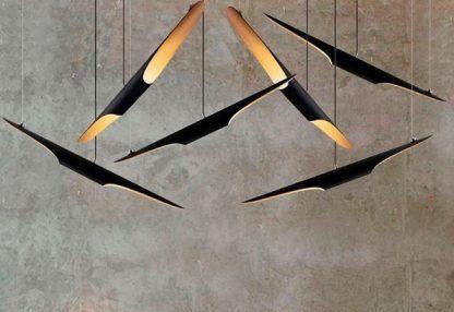 lampa wisząca z wąskimi czarnymi kloszami, złote środki