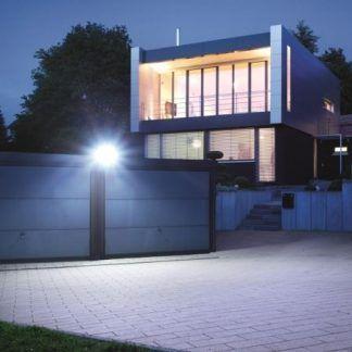 Naświetlacz XLED Home 2 jako oświetlenie podwórka