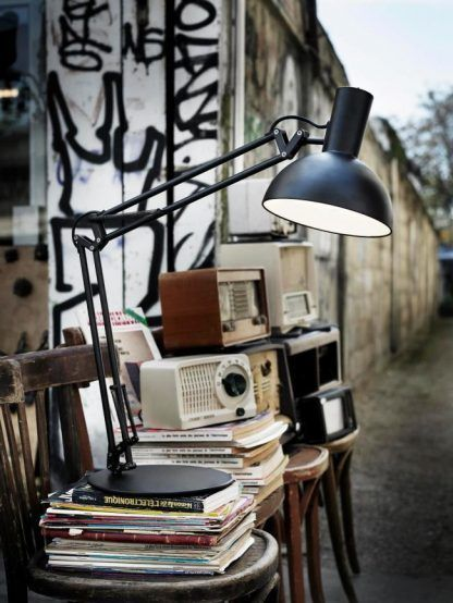 nowoczesna lampa biurkowa z mozliwością regulacji