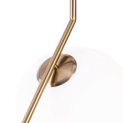 złota lampa wisząca z mlecznym kloszem