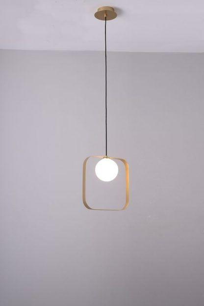 złoty kwadrat ze szklaną kulą lampa wisząca