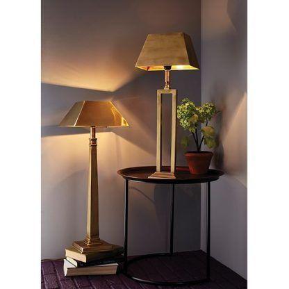 zote lampy stojące do salonu - aranżacja na stole