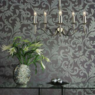 żyrandol srebrny do salonu z wytapetowaną ścianą