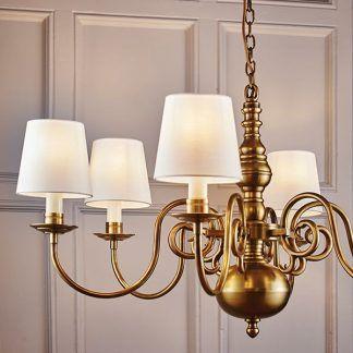 żyrandol złoty z abażurami materialowymi do salonu