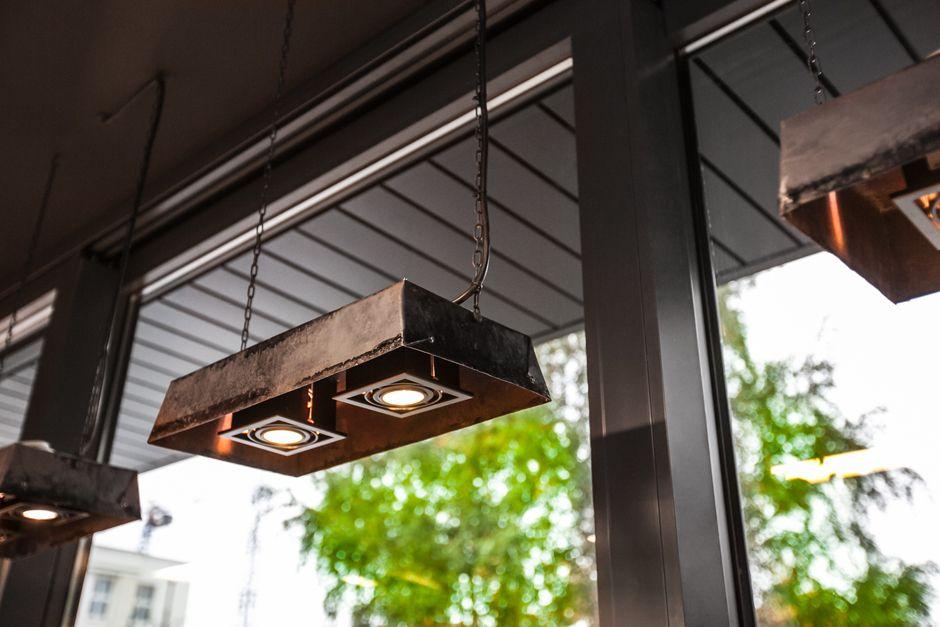 1-nietypowa-lampa-wisząca-w-piekarni-czarna