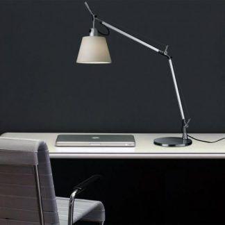 srebrna lampa biurkowa z beżowym abażurem