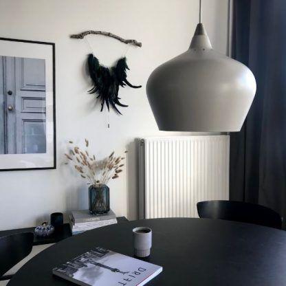 beżowa lampa wisząca nad stół aranżacja nowoczesna