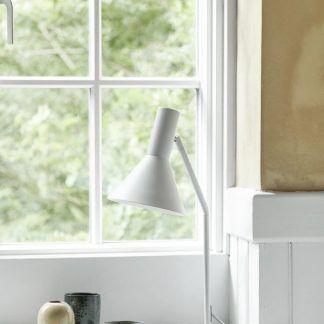 biała lampa stołowa do salonu