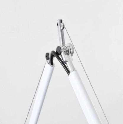 biały kinkiet na długim regulowanym ramieniu