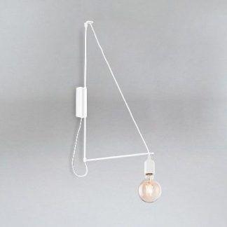 biały kinkiet z odsłoniętą żarówką
