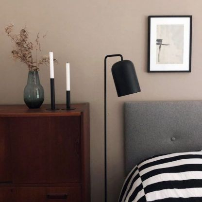 czarna lampa podłogowa aranżacja sypialnia