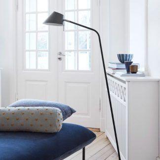 czarna lampa podłogowa z regulowanym kloszem aranżacja
