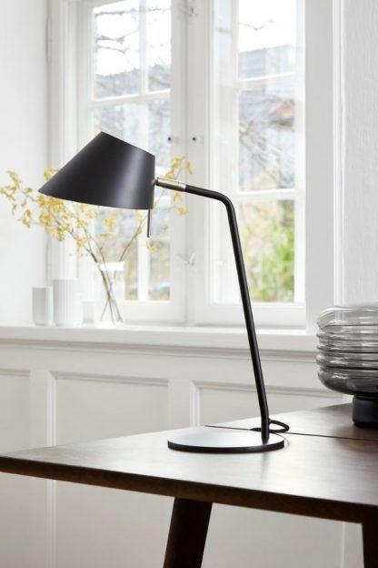 czarna stabilna lampa biurkowa do salonu do sypialni