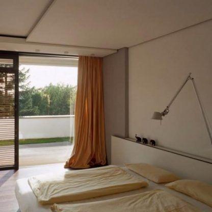 biały kinkiet nad łóżko aranżacja sypialnia