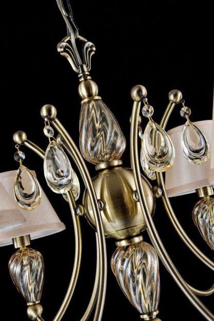klasyczny złoty żyrandol ze szklanymi elementami