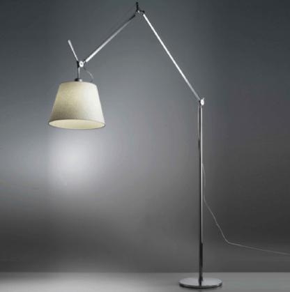 srebrna lampa podłogowa z regulowanym abażurem