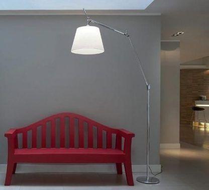 srebrna lampa podłogowa na szarej ścianie aranżacja