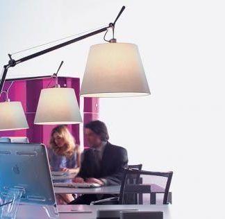 lampa podłogowa z dużym abażurem do biura
