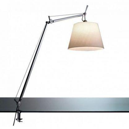 srebrna lampa mocowana do blatu beżowy abażur