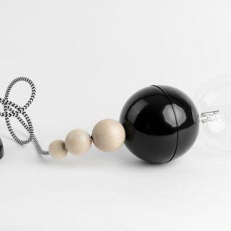 lampa wisząca czarne i drewniane kulki