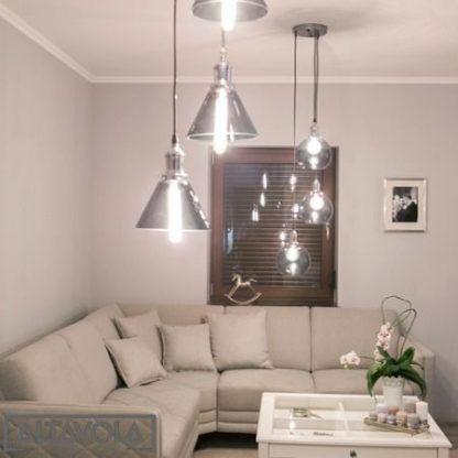loftowe lampy nad kanapą w salonie
