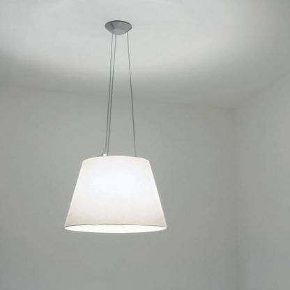 nowoczesna lampa wisząca z jasnym abażurem