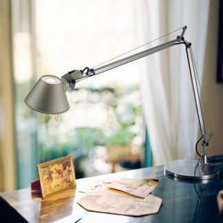 srebrna lampa biurkowa aranżacja gabinet